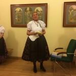 Maria Schön stellt die Publikationen bezüglich Hajosch vor / Schön Mária mutatja be a Hajóssal kapcsolatos publikációkat