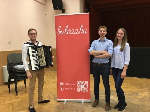 Istvan Schaffer (Akkordeon), Initiatoren Aron Horvath und Kinga Fulop bei einem Balozz.hu-Tanzhaus in Mischlen