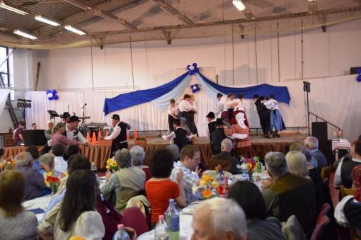Kozos finale, a szinpadon a Mezofalvi Nemet Nemzetisegi Tanccsoport, a szinpad elott az Adonyi Rozmaring Tanccsoport