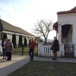A tarjáni Tájház előtt / Vor dem Tarianer Heimatmuseum
