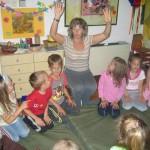 Aradi Anita óvó néni balján Sörös Lili 2006-ban… / Lili Sörös rechts von Kindergärtnerin Anita Aradi im Jahre 2006…