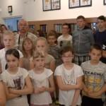 Diákok és érdeklődők a kiállításmegnyitón / Schülerinnen und Interessierte bei der Ausstellungseröffnung
