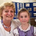 Molnárné Troppert Mária NNÖ-elnök unokajaval / DNSV-Vorsitzende Maria Molnár-Troppert mit ihrer Enkelin (Fotó: Pats Krisztina)