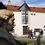 Vor dem Lenau-Haus / A Lenau Ház előtt (Foto: László Tóth)