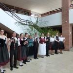 """A  világtalálkozó résztvevői a bajai ulmi dereglye """"keresztelőjén"""" is részt vettek / Die TeilnehmerInnen des Welttreffens nahmen auch an der Taufe der Ulmer Schachtel in Baje teil"""