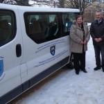 Molnár Kálmánné, Heinek Ottó és Kiss Vince polgármester az új kisbusszal / Marianne Molnár, Otto Heinek und Bürgermeister Vince Kiss mit dem neuen Kleinbus