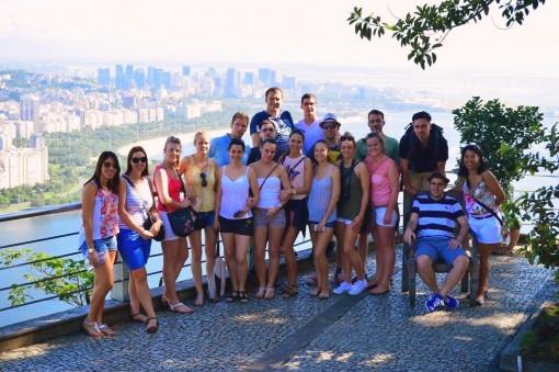 Saarer Tanzgruppe mit Blick auf Rio Org