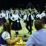 Die Sankt Martiner Tanzgruppe, begleitet von der Lohr-Kapelle, bereicherte das Abendprogramm (Foto: Neue Zeitung/I. F.)
