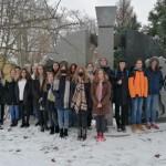 Bohler SchülerInnen vor dem Vertreibungsdenkmal der Stadt