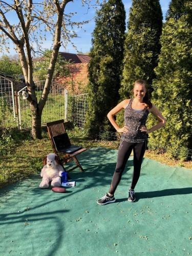 Tanzgruppenleiterin und GJU-Multiplikatorin Sara Egri wahrend der ersten Online-Probe