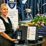 Zsuzsanna Ledényi präsentiert die Kristallglocke und die Urkunde