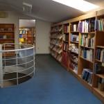 A könyvtár a padlástérben található / Die Bibliothek befindet sich im Dachgeschoss