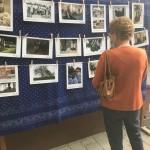 A Blickpunkt-képeket az iskola előtt is kiállították / Die Blickpunkt-Bilder wurden auch vor dem Schulgebäude ausgestellt