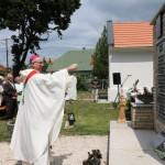 Hortobágyi Cirill pannonhalmi főapát megáldja az emléktáblát és felszenteli a kápolnát