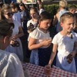 Finom almafröccsöt és bajor perecet kaptak a gyerekek / Leckere Brezeln und Apfelschorle konnten die Kinder verzehren