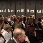 Sokan voltak kíváncsiak a döntős és díjazott alkotásokra / Viele waren auf die Bilder der Endrunde und auf die Preisträger neugierig