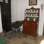 Babakocsi, kredenc és fölötte a háziáldás / Kinderwagen, Küchenschrank, darüber der Haussegen